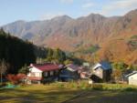 小赤沢集落と鳥甲山遠望
